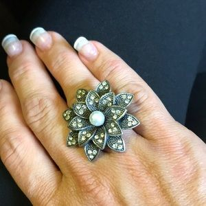 Jewelry - Vintage Adjustable stretchy flower pearl ring